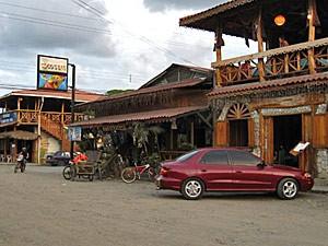 Dorfstrasse und Restaurants in Cahuita