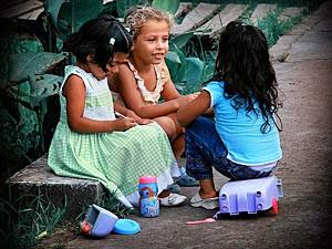 Karibische Kinder erzählen sich etwas