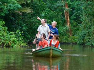Costa Rica Rundreise: Familie in einem Boot in Tortuguero