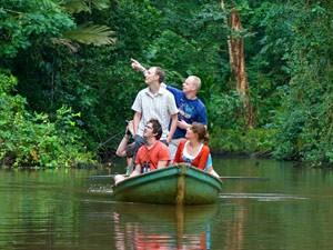Familie in einem Boot in Tortuguero