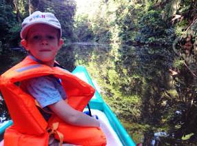 Ein Junge im Boot bei Tortuguero
