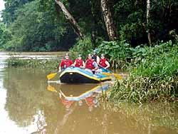 Familie im Boot beim Raften