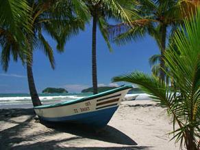 Ein Boot am Strand unter Palmen am Samara Beach
