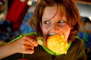 Ein Kind isst eine Ananas - Costa Rica Rundreise mit Kindern