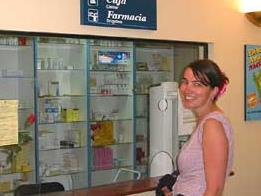 Frau steht vor Medikamentenschrank