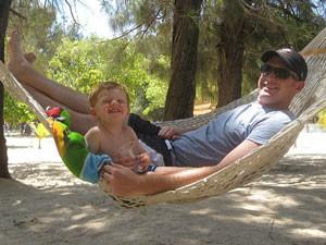 Vater mit Kind in einer Hängematte in Cahuita