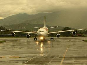 Familienreisen Costa Rica: Flugzeug steht auf der Landebahn