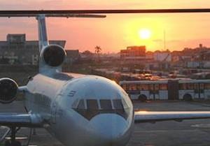 Flugzeug auf der Stratbahn beim Sonnenuntergang