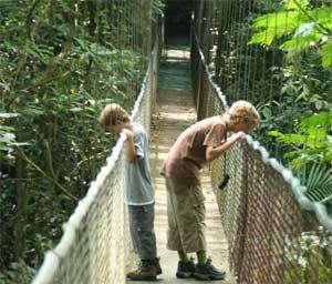 Kinder stehen auf einer Hängebrücke in La Fortuna