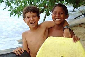 Kinder schließen Freundschften am Strand