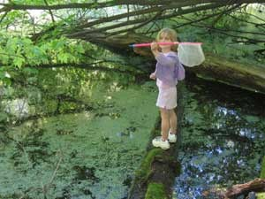 Mädchen mit Kärcher am Teich im Rincón de la Vieja National Park