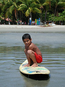 Junge auf dem Surfbrett in Samara