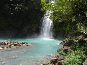 Türkis farbener Wasserfall