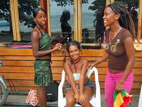 Costa-Ricanische Mädchen lachen