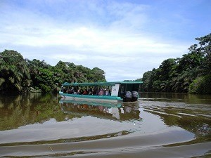 Costa Rica Rundreise mit Kindern: Eine Bootsfahrt in Sarapiqui