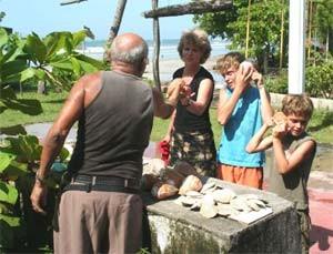 Familie am Marktstand im Tortuguero Nationalpark