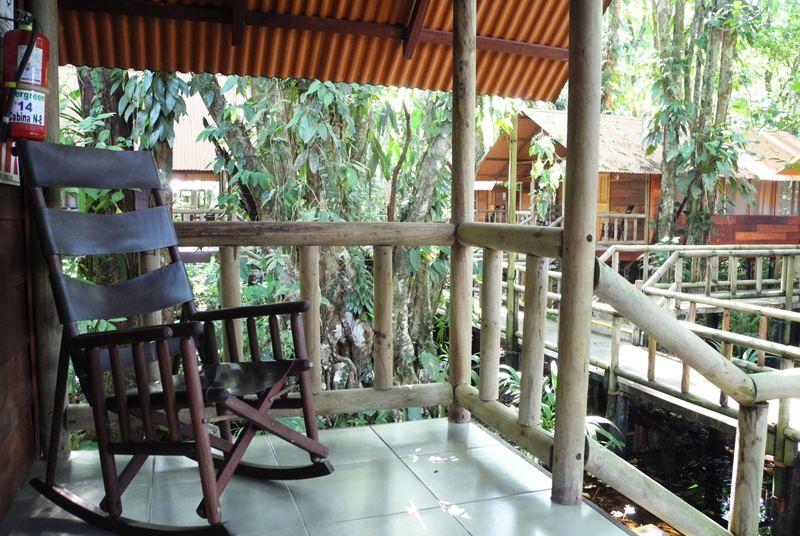 Ein Schaukelstuhl auf der Terrasse