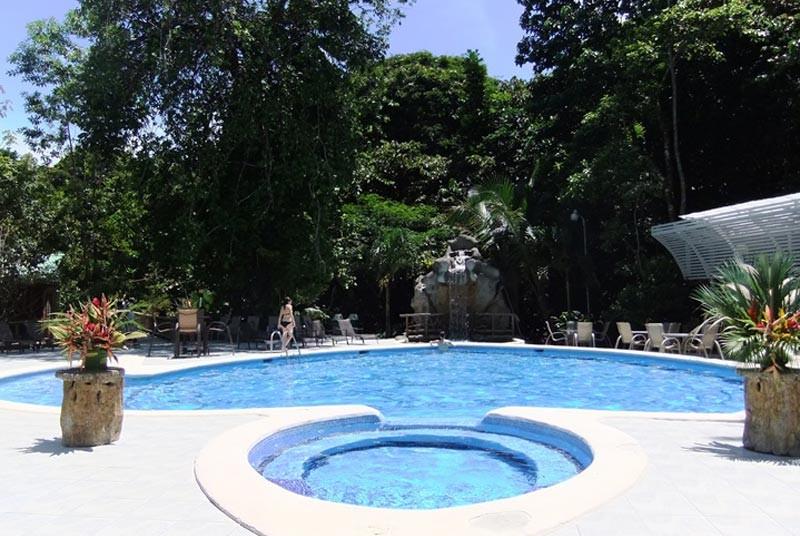 Ein Pool im Hotel in Tortuguero