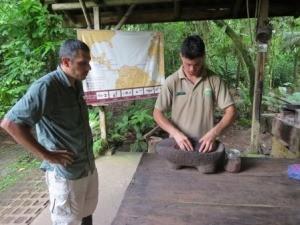 Zwei Männer bereiten Schokolade zu