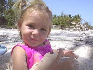 Mädchen spielt am Strand