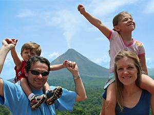 Familie und im Hintergrund ist der Vulkan Arenal zu sehen