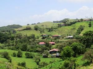 Familienreise Costa Rica: Häuser in grünen Hügeln
