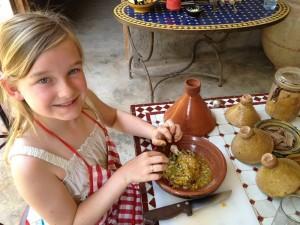 Ein Mädchen kocht in Marokko Huhn