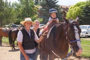 Ein Kind auf einem Pferd in den USA