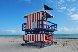 Ein Rettungsturm am Strand von Miami