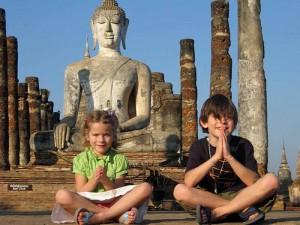 Zwei Kinder vor einem Tempel in Thailand