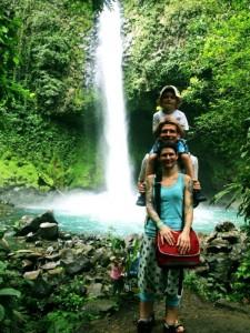 Familie Hartwig am Wasserfall in La Fortuna