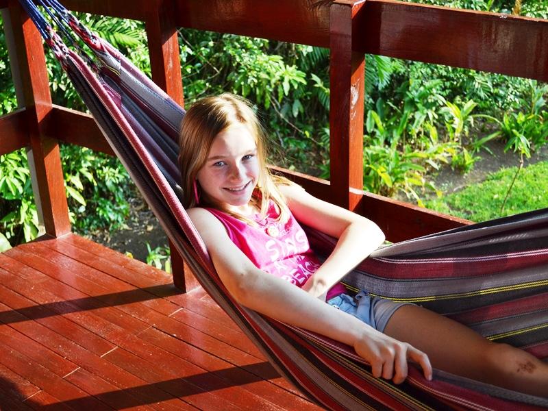 Pura Vida: Mädchen entspannt in einer Hängematte
