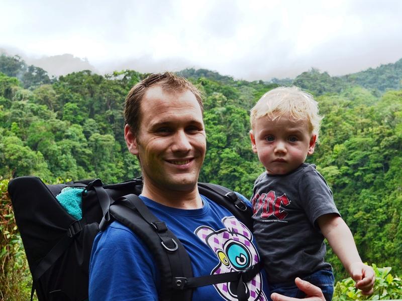 Vater mit Kind bei Wanderung in einem Nationalpark