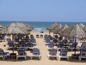 marokko-agadir-strand-sonnenschirme-liegestuehle