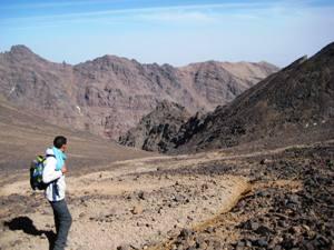 Ausblick-karge-Landschaft-trekking-marokko
