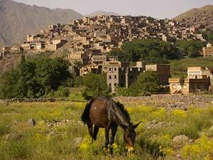 Dorf-im-Atlasgebirge-beim-Wandern-in-Marokko