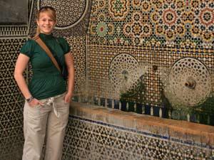 marokko-frau-brunnen-mosaik