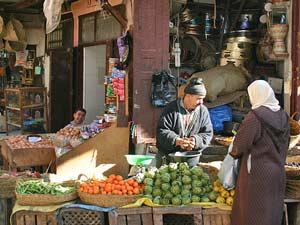 Stand mit Gemüse im Souk in Marrakesch