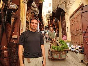 Mann in den Souks in Fes - Marokko Rundreise Königsstädte