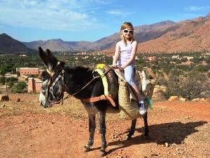 Kind auf einem Esel in Marokko
