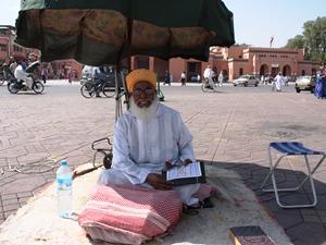 Mann auf dem Djemaa el Fna Platz in Marrakesch