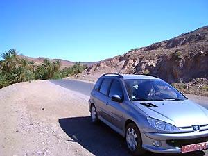 Mit dem Auto fahren Sie durch Marokko.