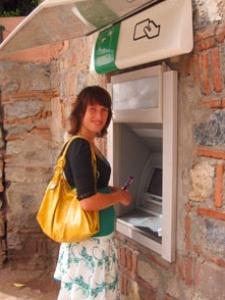 Geld am Bankautomaten abheben