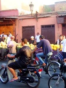 Ein Blick auf das Straßenleben von Marrakesch.