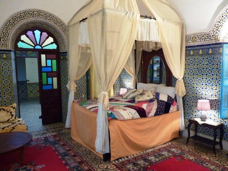 Königsstädte in Marokko Riad Rabat buntes Zimmer