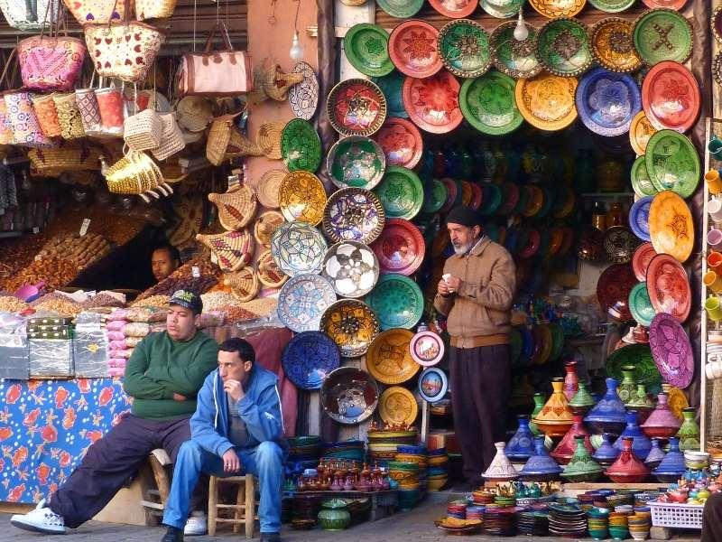 Marokko Rundreise - Tellerverkäufer auf dem Markt