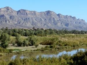 Berge und Fluss im Draa-Tal