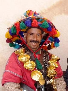 Wasserträger mit traditioneller Kleidung