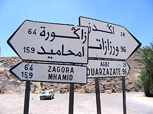 Marokko Rundreise - Strassenschilder nach Zagora und Ouarzazate