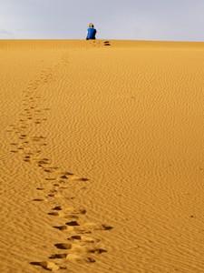 sahara-marokko-fussspuren-sand